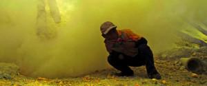 1_minatore-immerso-nei-fumi-tossici-dei-gas-sulfurei-del-cratere-Copia