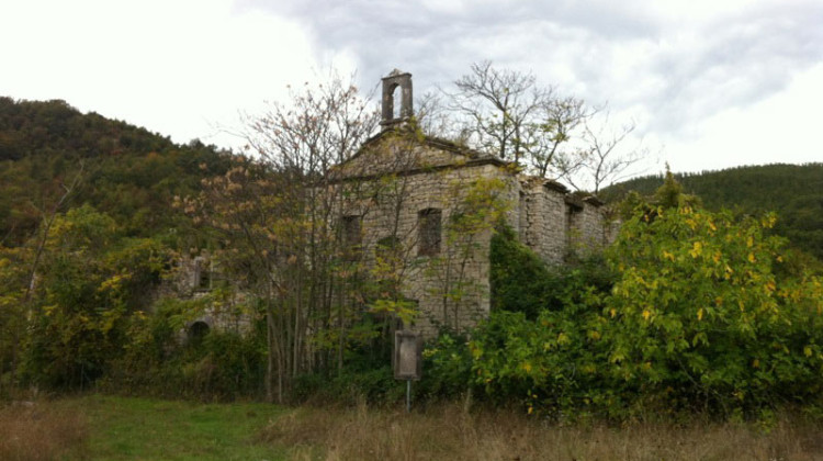 Una chiesa abbandonata alle pendici del Matese