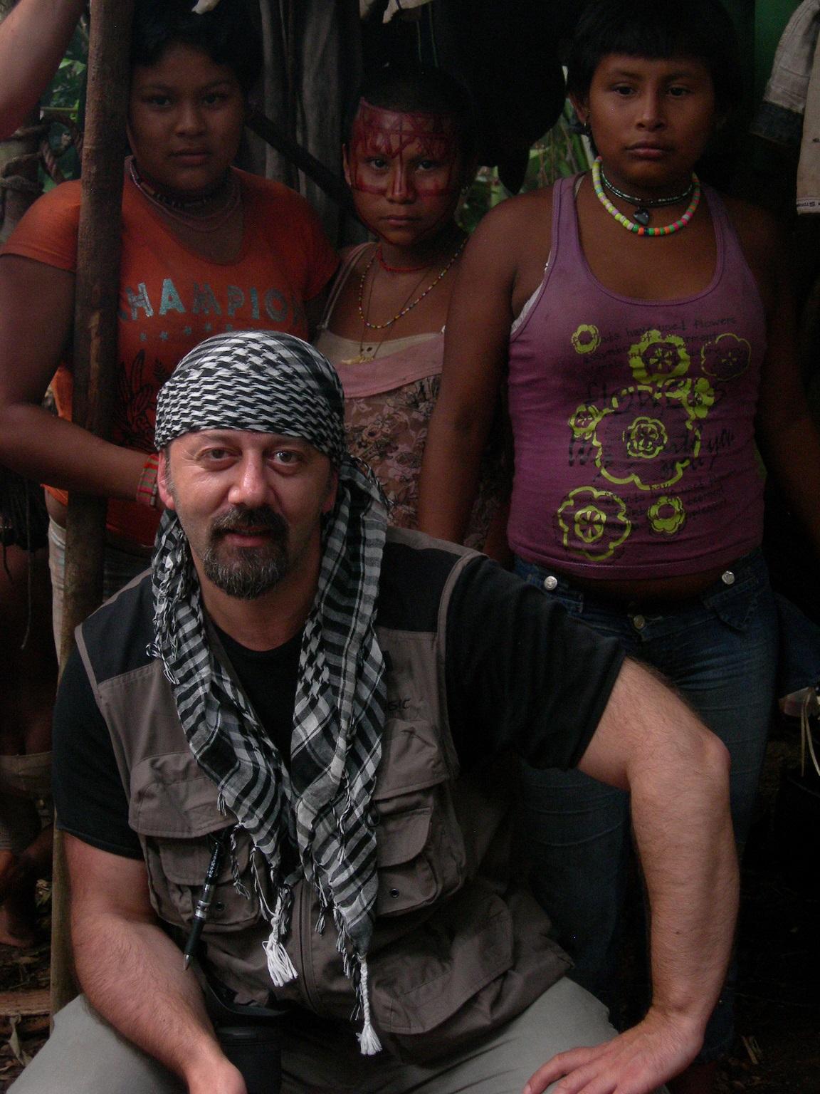 Roberto Laurenzi con il popolo Nunak Maku nella foresta amazzonica in Colombia