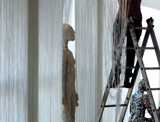 """l'artista irachena Hadeel Azeez mentre allestisce alcune delle sue sculture in occasione della mostra """"The Revival Of The Spirit"""", ospitata nella sede dell'Apulia Film Commission"""