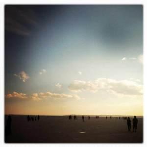 turisti a passeggio sul lago salato di Tuz Golu
