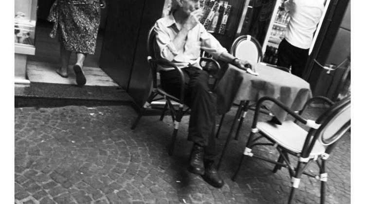 Napoli, nel cuore del centro storico, un vecchio caffè