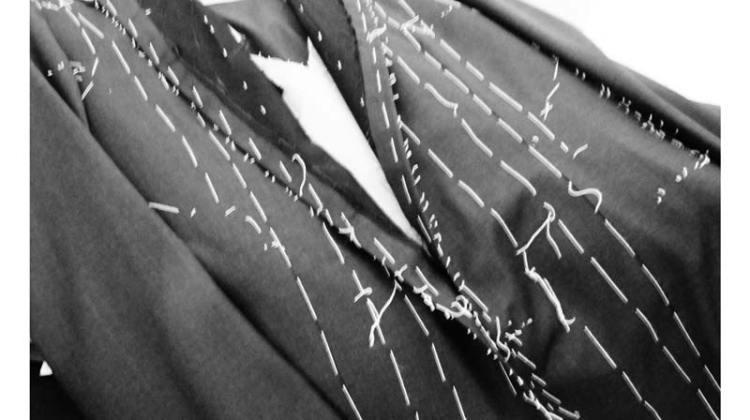 Una giacca imbastita nel laboratorio sartoriale Daddio