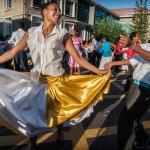 Lungo le vie centrali di Victoria la parata Pipili