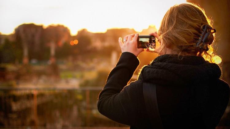 Viaggio 2.0 : Un turista scatta una foto a Roma