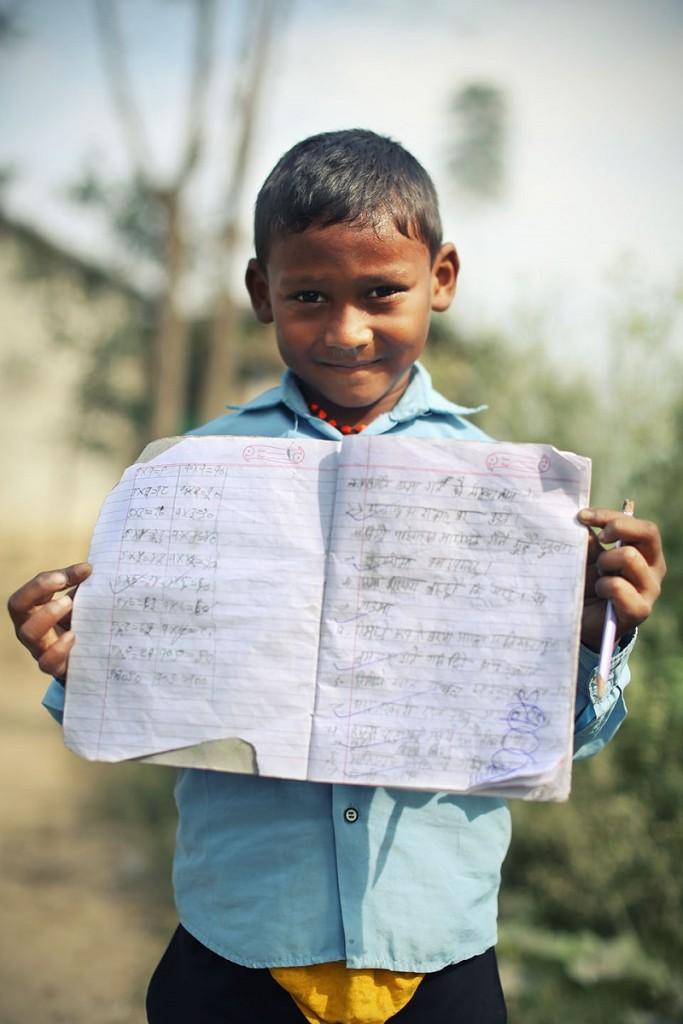 Il bambino timido con il quaderno
