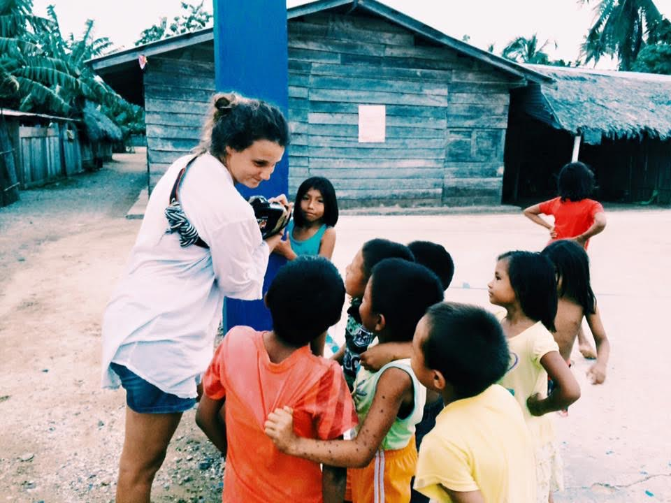 Giulia con i bambini della comunità dei Kuna Yala, Panama