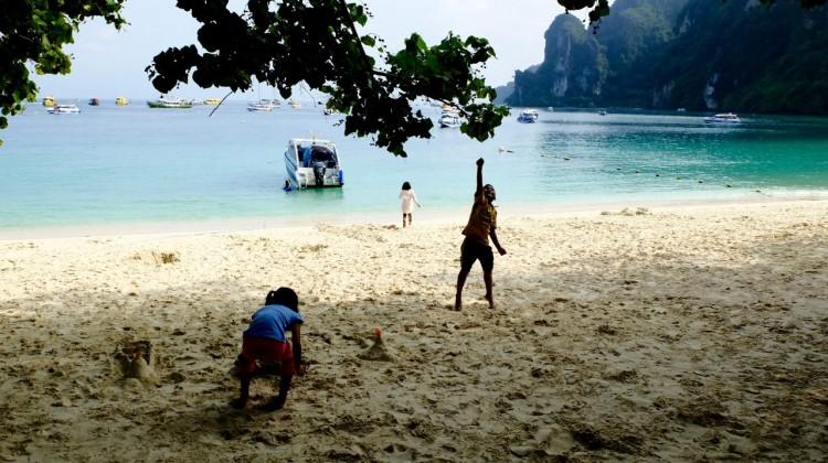 bambini che giocano sulla spiaggia di Ton Sai Bay