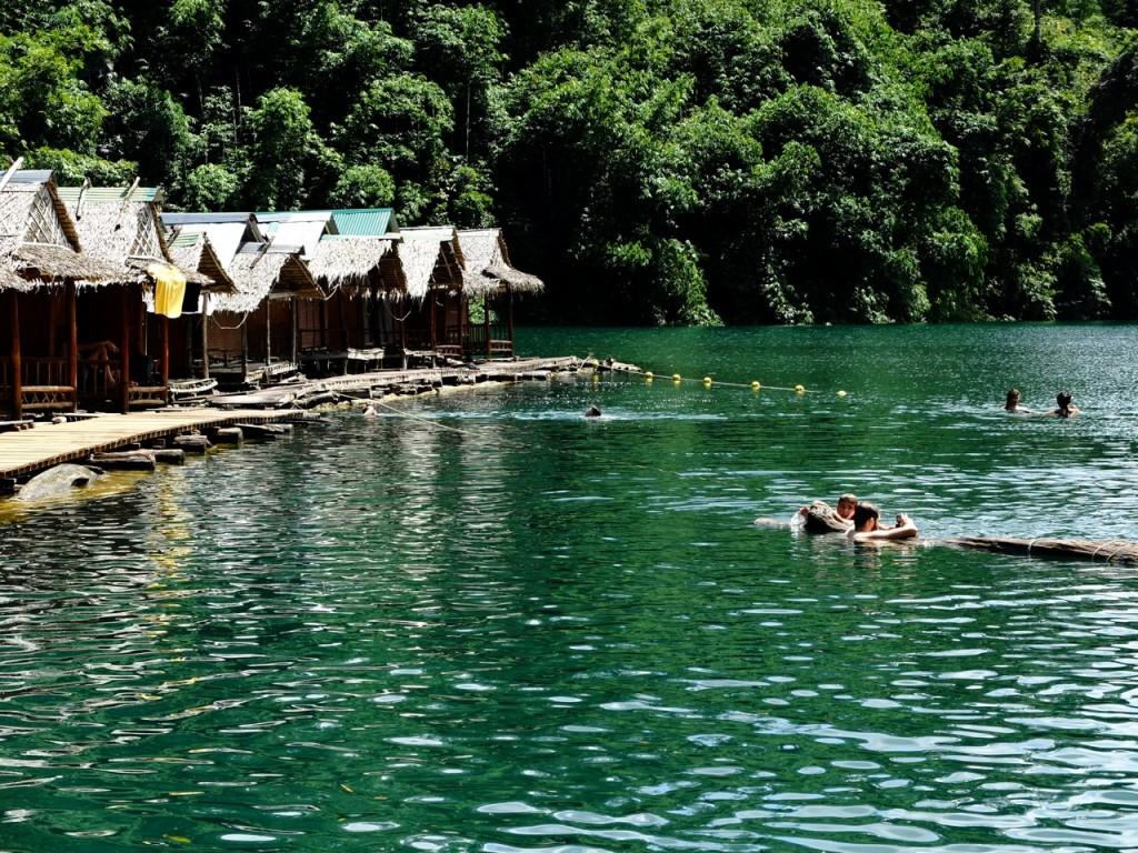 Un tuffo rinfrescante nelle acque cristalline del Parco Nazionale di Khao Sok