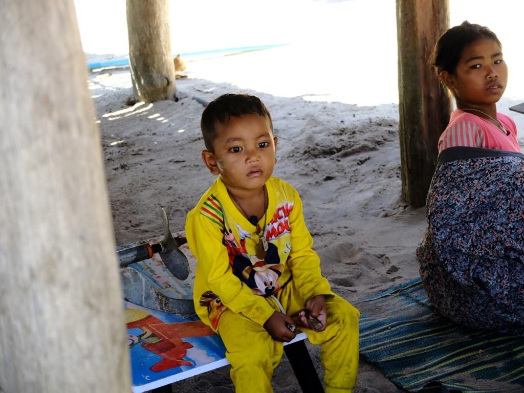 bambini della comunità (ex) nomade delle Isole Surin