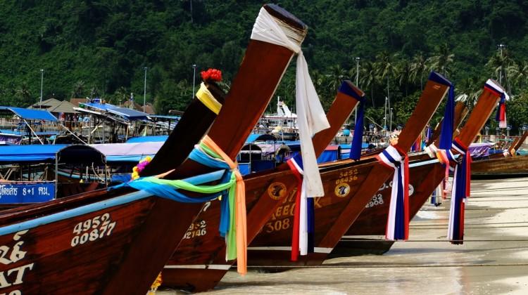 Lance in attesa dei turisti da accompagnare a Maya Beach o Bamboo Island