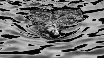 bambino che nuota
