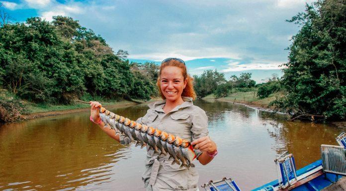 donna pesca sul fiume