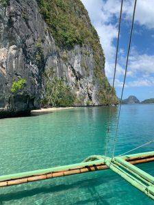 scogliera scoscesa in acqua cristallina vista da imbarcazione nelle filippine