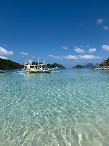 imbarcazione filippina su mare cristallino, baia di bacuit
