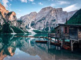 lago sotto le montagne e cottage