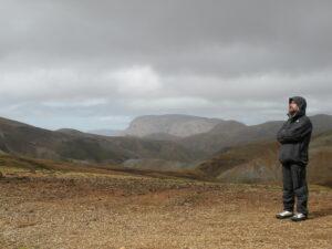 uomo e panorama desertico