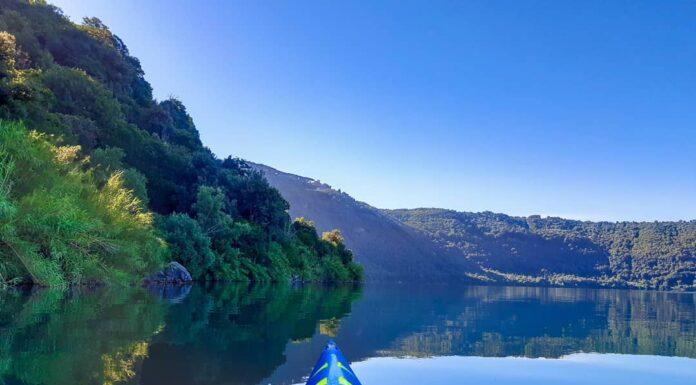 soggettiva canoa su lago